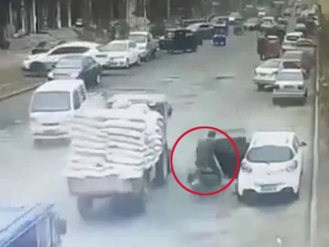Mở cửa không quan sát, tài xế ô tô đẩy người bên cạnh đến tai nạn kinh hoàng