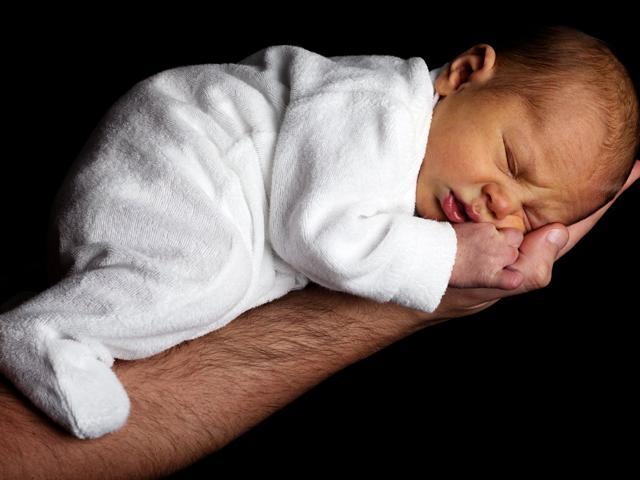 Trẻ sơ sinh đi ngoài như thế nào là bình thường?