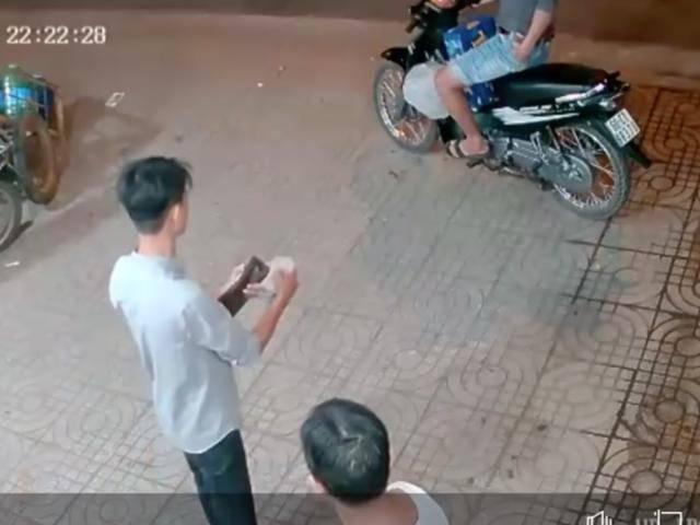 Hai thanh niên phối hợp diễn sâu cướp thùng bia, không quên lấy thêm đá uống cho mát