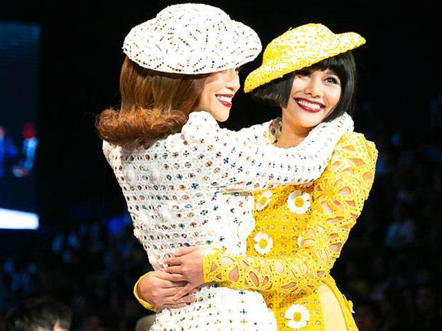 Khoảnh khắc đáng nhớ: Đôi bạn thân Thanh Hằng, Hồ Ngọc Hà nắm chặt tay nhau catwalk!