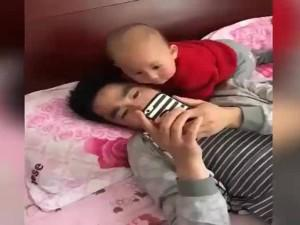 Đòn trừng phạt thẳng tay của bé dành cho ông bố chỉ chăm chăm nhìn vào điện thoại
