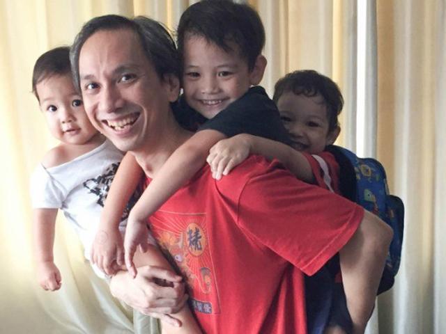 Ông bố ở nhà chăm 3 con cho vợ đi làm và những bài học khiến nhiều người tâm đắc