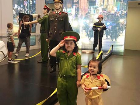 """Cuối tuần """"dạy"""" gì con: Kinh nghiệm đưa trẻ đi Bảo tàng Công an Hà Nội của MC Minh Trang"""