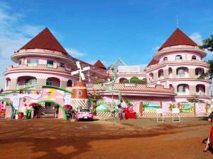 """Xuất hiện ngôi trường hồng rực như """"lâu đài Hello Kitty"""" ngoài đời thực khiến dân tình xôn xao"""