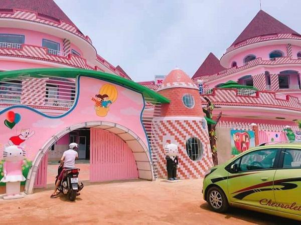 Xuất Hiện Ngôi Trường Hồng Rực Như Lâu đài Hello Kitty