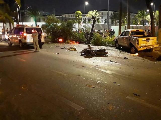 Ô tô húc văng hàng loạt xe máy đang dừng đèn đỏ, nhiều người nằm la liệt trên đường