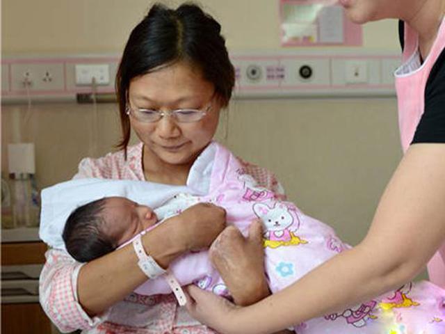 Bà mẹ bị cắt cụt chân tay vẫn xuất sắc mang thai, đẻ thường thành công