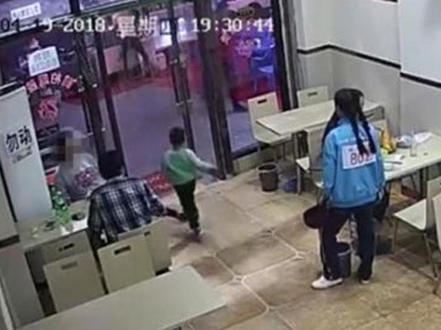 Thai phụ cố tình ngáng chân bé trai ngã mạnh xuống nền vì tấm rèm cửa chạm vào tay