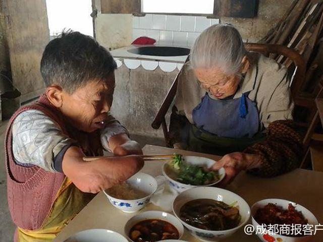 Câu chuyện xúc động về người phụ nữ cụt cả tay chân một mình chăm sóc mẹ già 100 tuổi