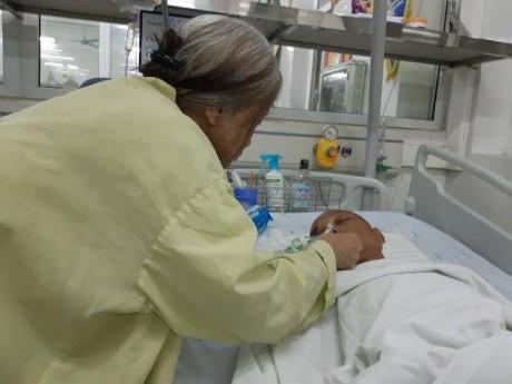 Mẹ nạn nhân bị ô tô kéo lê mong gia đình tài xế hỗ trợ điều trị cho con trai