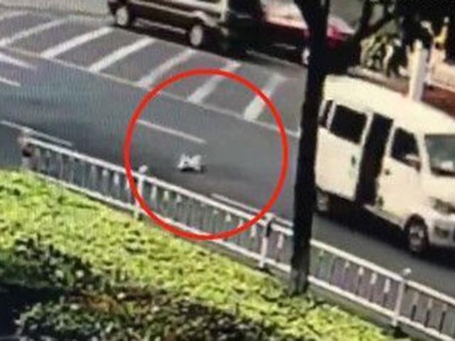 Em bé rơi khỏi ô tô đang chạy trên đường, bố mẹ không hề hay biết