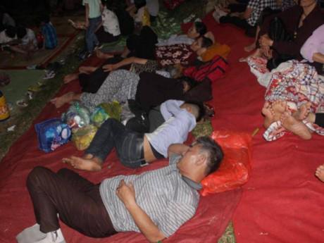Du khách, trẻ nhỏ ngủ vạ vật ngoài trời trong đêm chờ khai mạc giỗ Tổ Hùng Vương