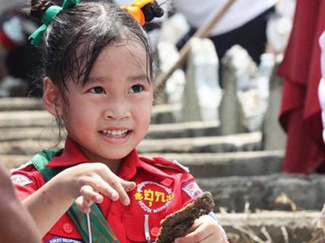 Bé gái làm tình nguyện viên, ôm thi thể, xương cốt người chết từ 2 tuổi, ai cũng cảm phục