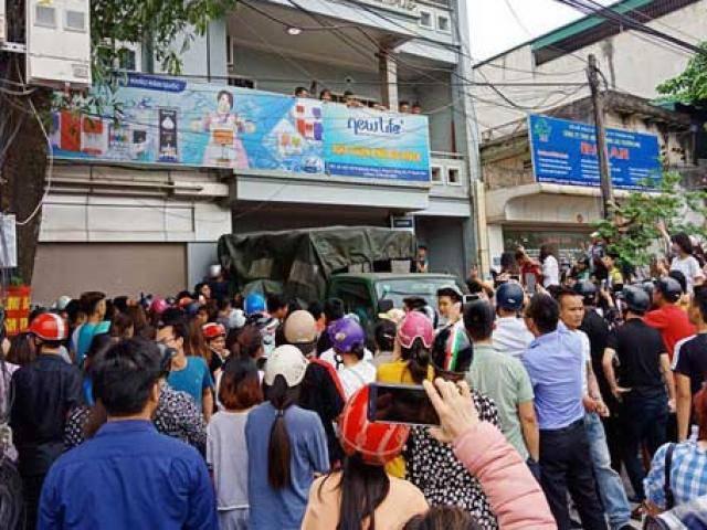 Hàng trăm người dân vây kín ngôi nhà nghi tụ điểm Hội thánh Đức Chúa Trời Mẹ