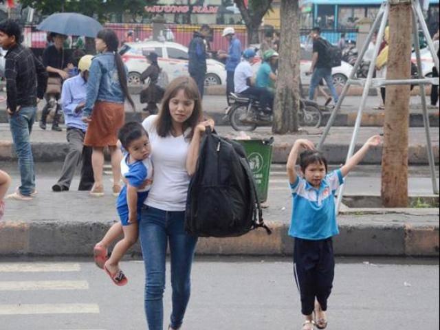 Bến xe Hà Nội khá vắng vẻ, Sài Gòn hàng nhìn người chôn chân dưới đường về nghỉ lễ 30/4