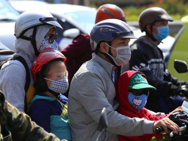 Bến xe ngày đầu kỳ nghỉ lễ 30/4-1/5: Người dân lỉnh kỉnh đồ đạc, dắt con rời Thủ đô