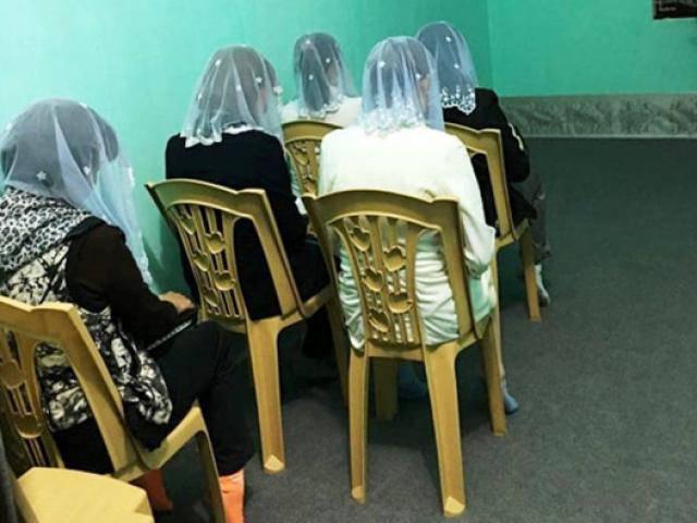 Đêm xuống, hiệu phó trường tiểu học rời nhà đi tham gia Hội thánh Đức Chúa Trời Mẹ
