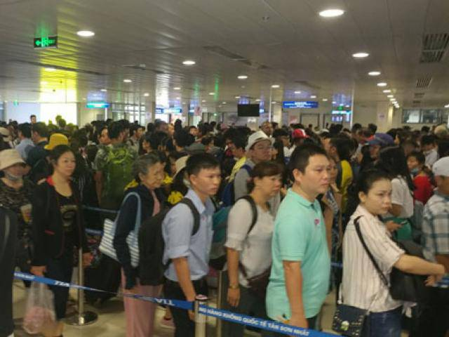 Nghỉ lễ 30/4: Hàng trăm khách vật vờ ở sân bay Tân Sơn Nhất để về quê, đi du lịch