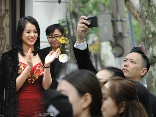 Không phải phóng viên, người nhiệt tình chụp hình cho Chị Cả TVB Hồ Hạnh Nhi chính là ông xã