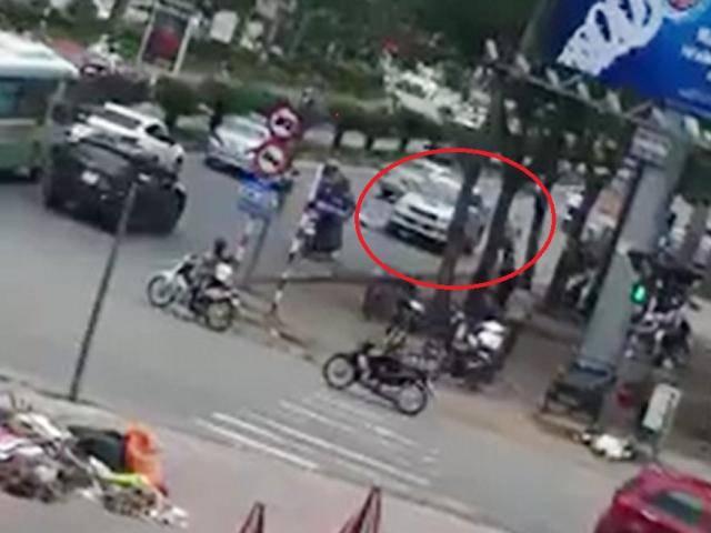Khủng khiếp: Lùi ẩu ngược chiều, xe bán tải đâm chết người đi xe đạp
