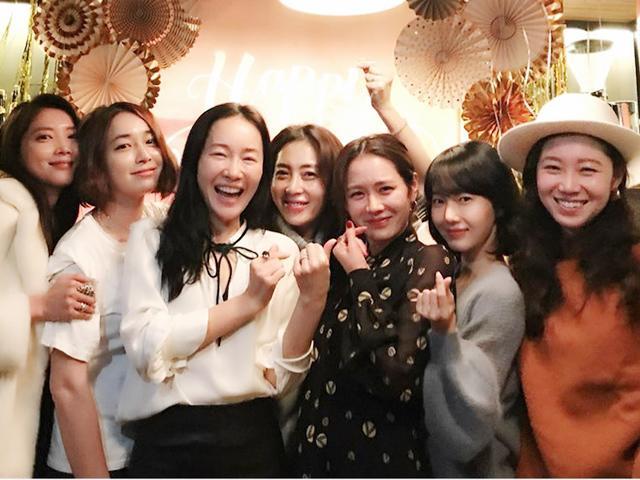Tình đầu quốc dân Son Ye Jin đã đẹp nhưng hội bạn thân của cô cũng toàn cực phẩm