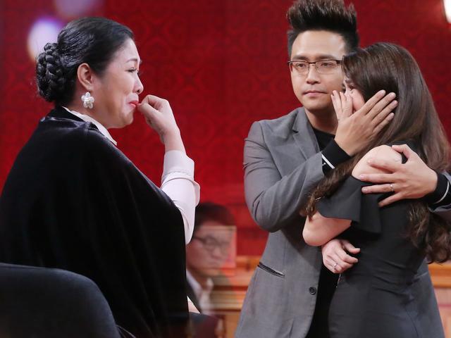 NSND Hồng Vân khóc nức nở khi nhìn chồng Kha Ly lại nhớ đến ông xã mình