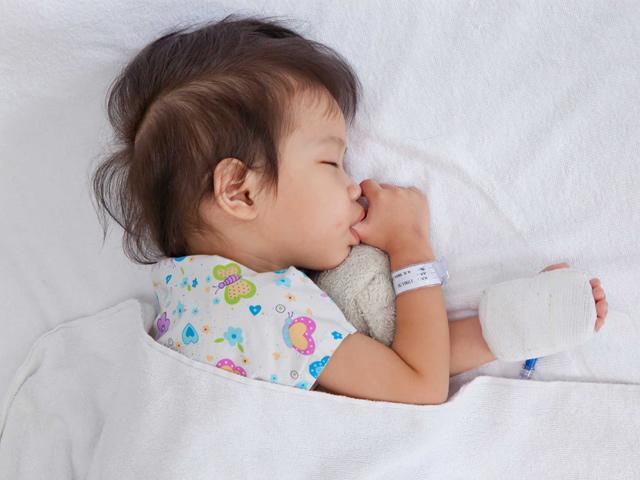 Các cách điều trị tại nhà khi bé bị sốt