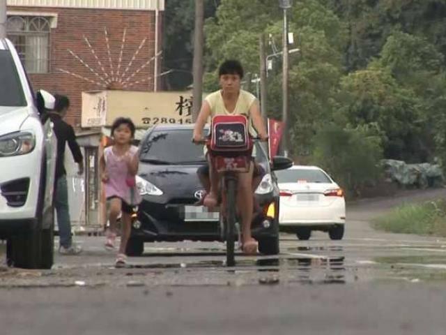 Bé gái 5 tuổi mỗi ngày chạy bộ 2km đuổi theo xe mẹ, ai biết lý do cũng cảm động