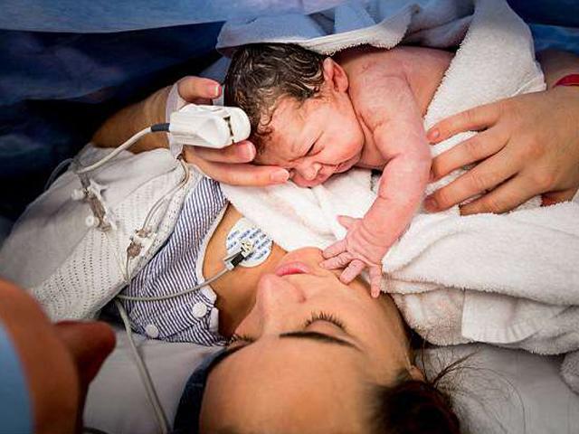 Bức ảnh em bé vừa chào đời đã vươn tay sờ mặt mẹ bỗng dưng gây bão mạng xã hội