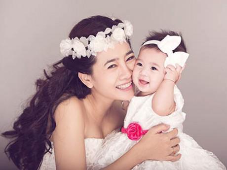 Góc khuất đẫm nước mắt của những bà mẹ đơn thân trong showbiz Việt