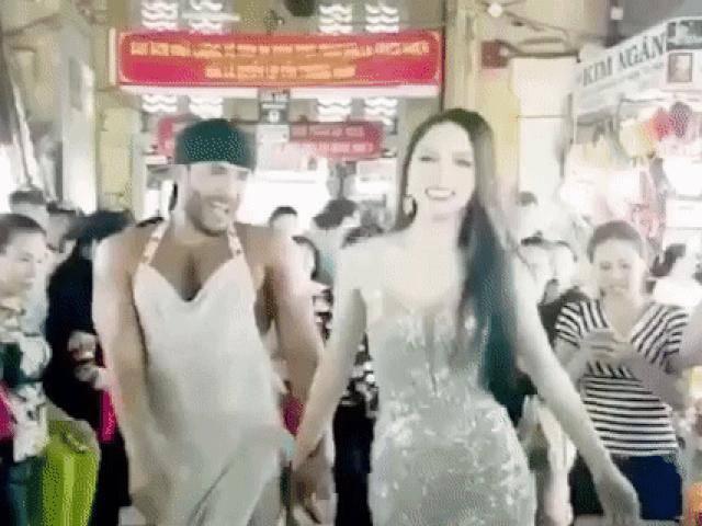Hoa hậu Hương Giang không hề kém cạnh khi sánh bước cùng thánh catwalk