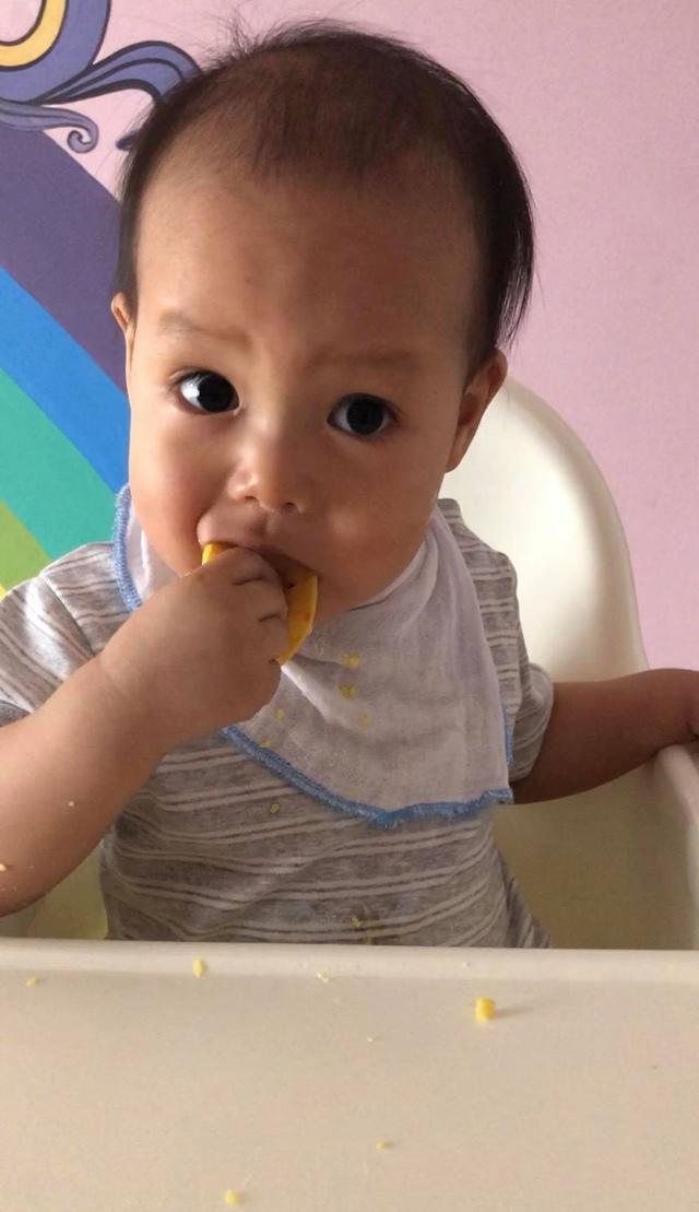 Kinh nghiệm nuôi con ăn dặm BLW của mẹ 8X giúp bé 1 tuổi đã biết tự xúc ăn - 11