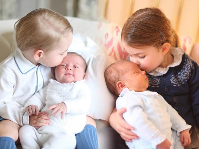 Bức ảnh nụ hôn chị gái của Công chúa Charlotte dành cho Hoàng tử Louis gây sốt