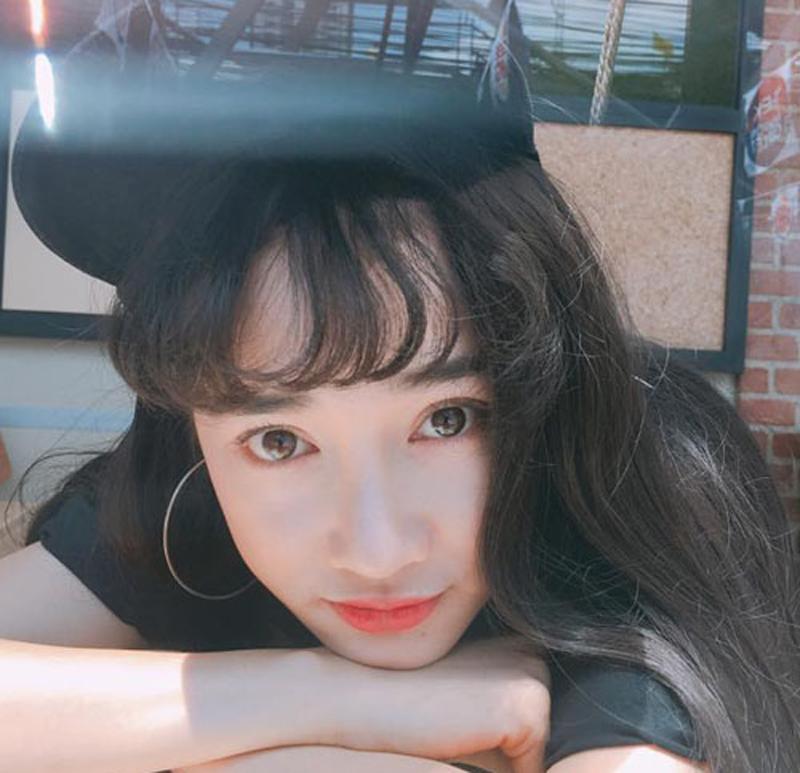 Kiểu tóc mái thưa giúp cô trẻ trung và xinh đẹp như gái Hàn Quốc.