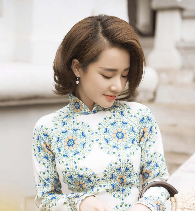 Khi hóa thân thành cô nàng cổ điển, Nhã Phương chọn tóc bob uốn phồng.