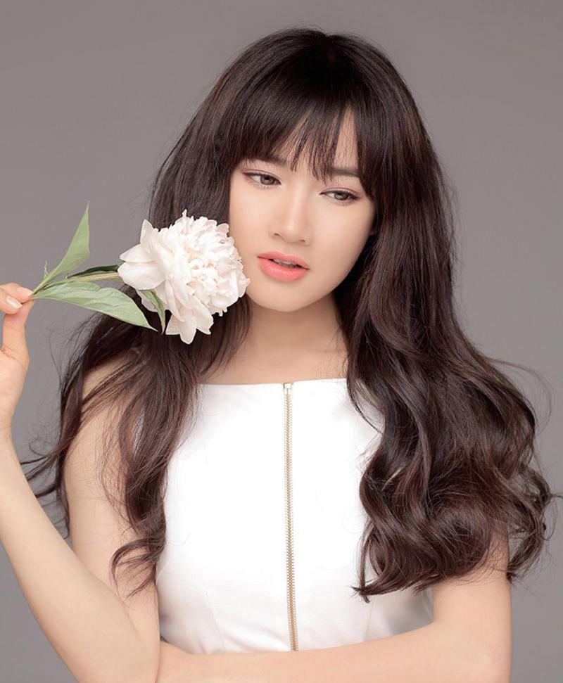 Tóc dài, xoăn lọn to tăng thêm nét lãng mạn cho nữ diễn viên.
