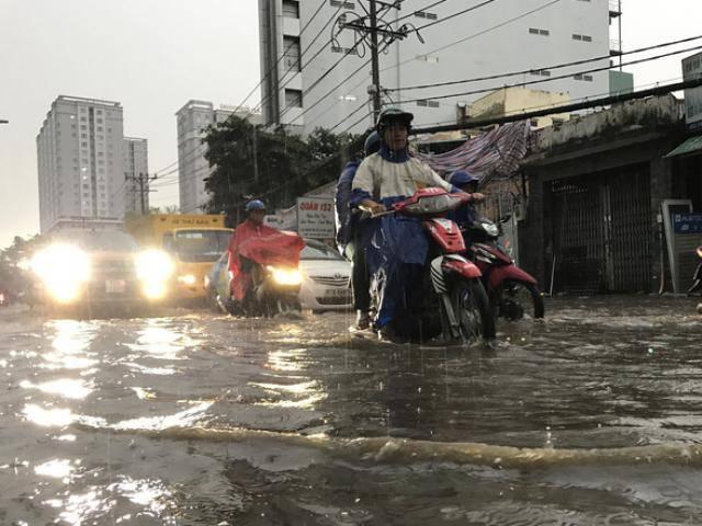 TP HCM: Mưa lớn khiến nhiều tuyến đường thành sông, người dân dắt xe bì bõm về nhà