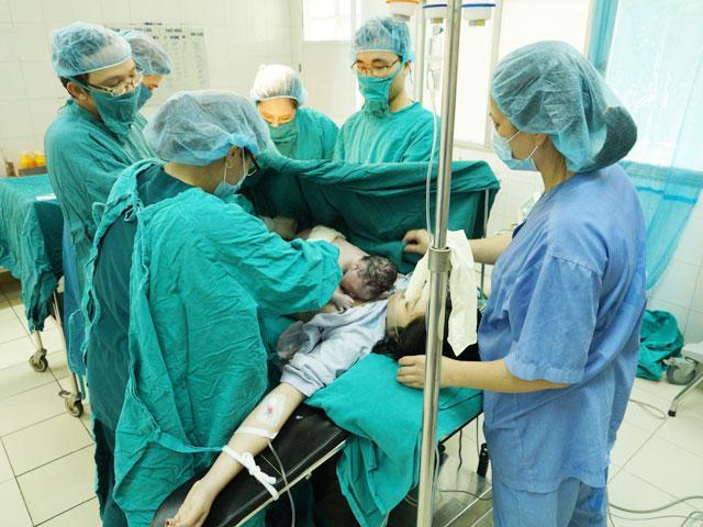 Vào phòng mổ đẻ Bệnh viện Phụ sản Trung ương xem trọn vẹn 1 ca sinh mổ