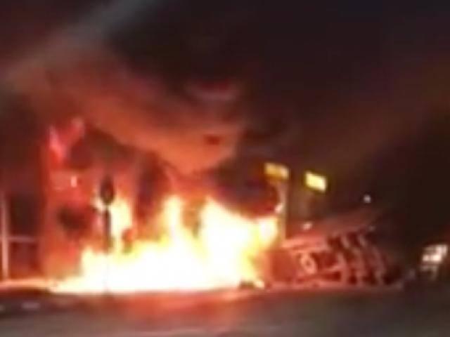 2 xe container tông nhau kinh hoàng, đôi vợ chồng kẹt trong cabin chết cháy