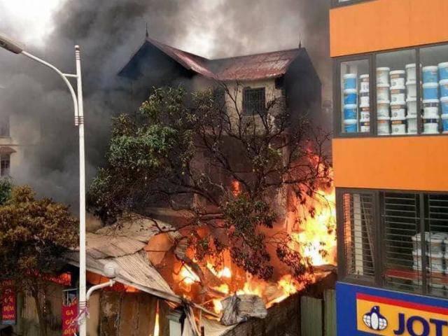 Lửa cháy ngùn ngụt tại căn nhà dưới chân cầu Vĩnh Tuy lúc sáng sớm, một cụ bà tử vong