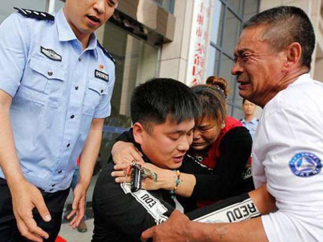 Sau 22 năm mòn mỏi tìm con trai bị bắt cóc, vợ chồng già òa khóc cầm xét nghiệm ADN