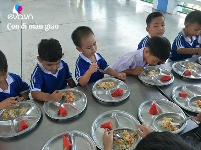 Mẹ Việt đăng ảnh bữa cơm con ở mẫu giáo Thái, dân mạng choáng: Ở ta bị ném đá ngay!
