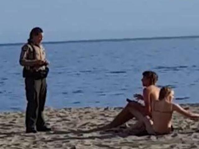 Cặp đôi ngang nhiên mây mưa trên bãi biển khiến dân tình náo loạn vì đỏ mặt