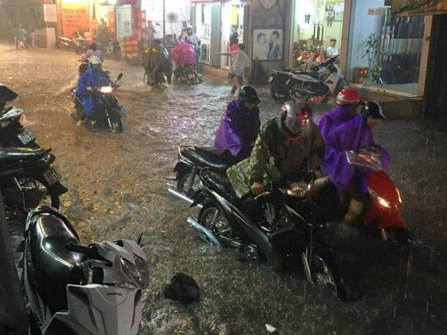 Hà Nội: Xe máy chết la liệt, người dân bơi về nhà sau trận mưa lớn nhất từ đầu năm