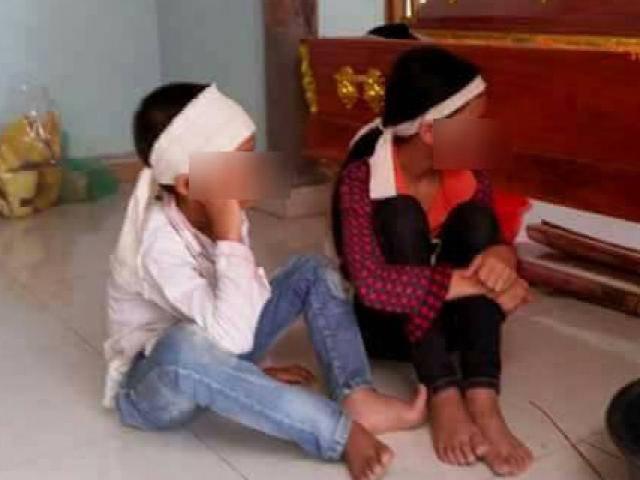 Mẹ bị sét đánh tử vong, hai con thơ ôm quan tài khóc cạn nước mắt chờ bố về