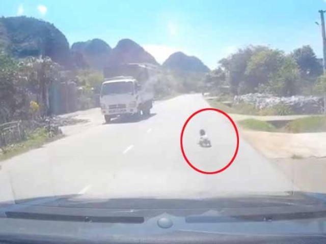 2 bố con ngủ không đóng cửa, em bé bò ra giữa đường quốc lộ khiến tài xế thót tim