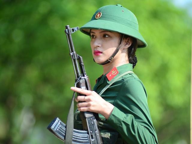 Clip: Hương Giang tiết lộ Không may cho các đối thủ thi Hoa hậu là cô từng đi lính