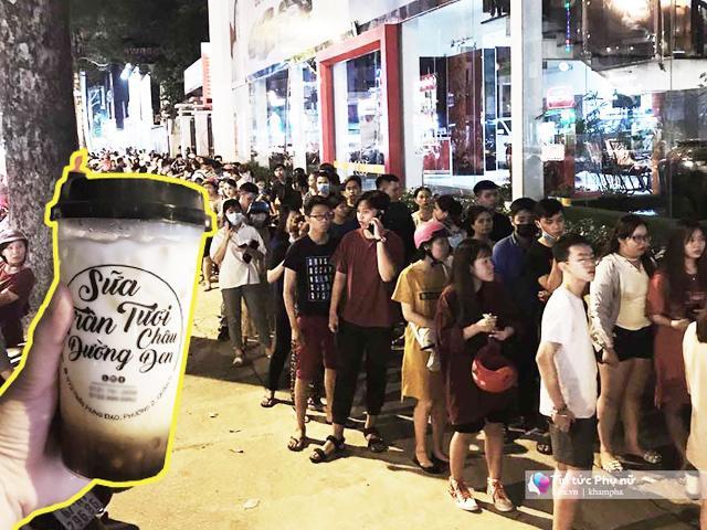 Choáng với cảnh xếp hàng dài mua sữa tươi trân châu đường đen, 3 giờ bán hết gần nghìn ly
