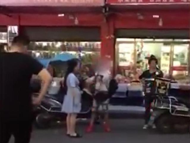 Bị bắt quả tang ăn trộm, nữ đạo chích bất ngờ lột sạch quần áo nằm ăn vạ giữa đường