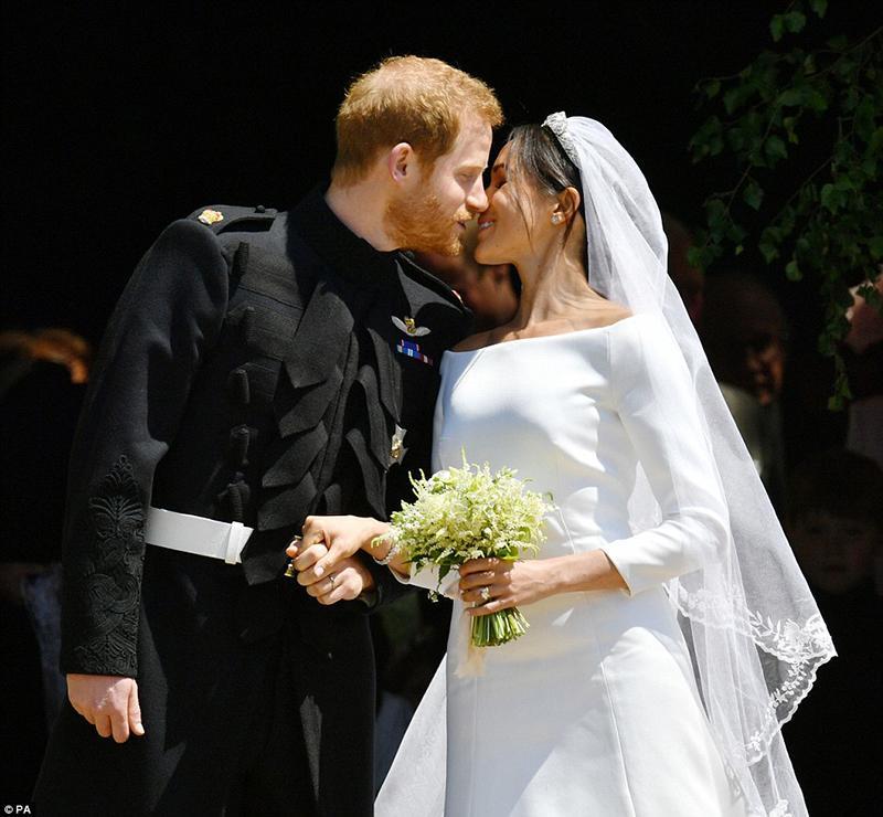 Hoàng tử Harry và Meghan Markle trao nhau nụ hôn ngọt ngào sau khi hành lễ.